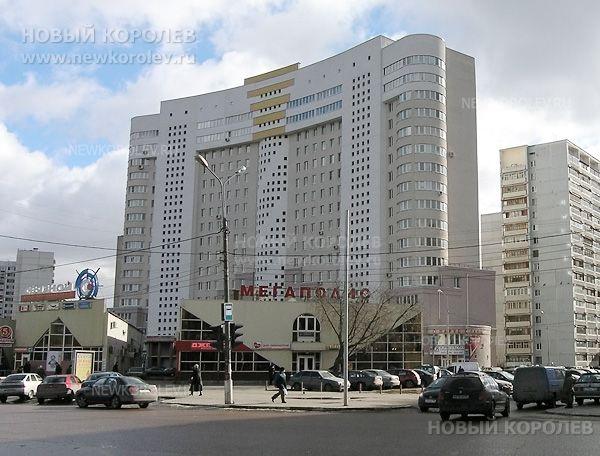 Фото вид с проспекта Королёва г. Королева: ул.50лет ВЛКСМ, дом4г, перед домом— торговый центр «Мегаполис» (д.6а и 6б) - Новый Королев